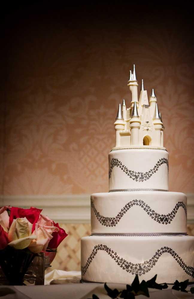 Você sonha com um bolo de casamento que tenha um castelo no topo? Tudo é possível com o bolo fake.