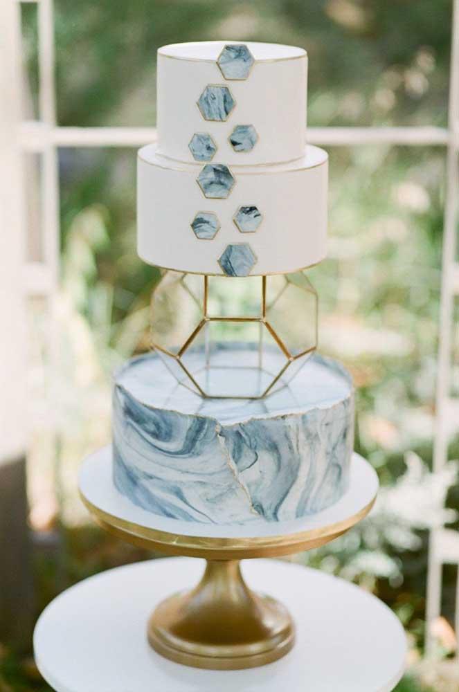Na hora de fazer o bolo fake, você pode misturar a montagem com outras peças decorativas.