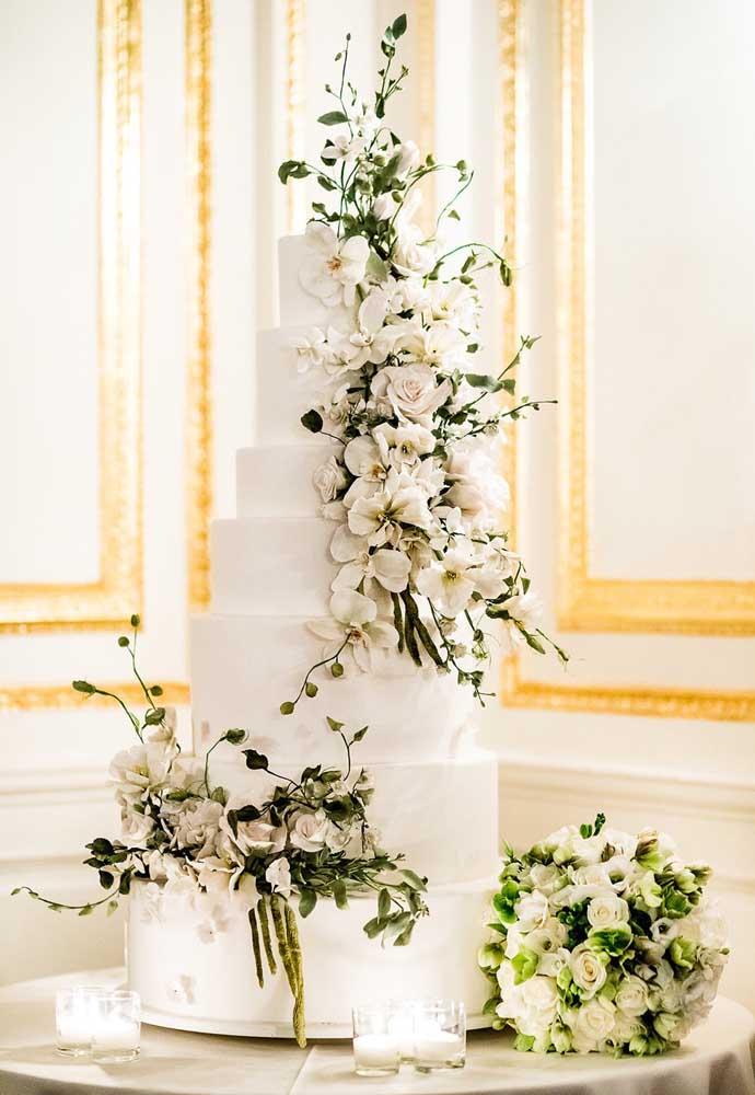Se você é daquelas noivas mais tradicionais que não abre mão de um bolo com vários andares, aposte no bolo fake.