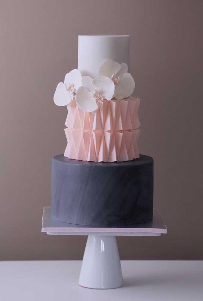 O bolo de casamento precisa ser algo bem delicado para combinar com os noivos.