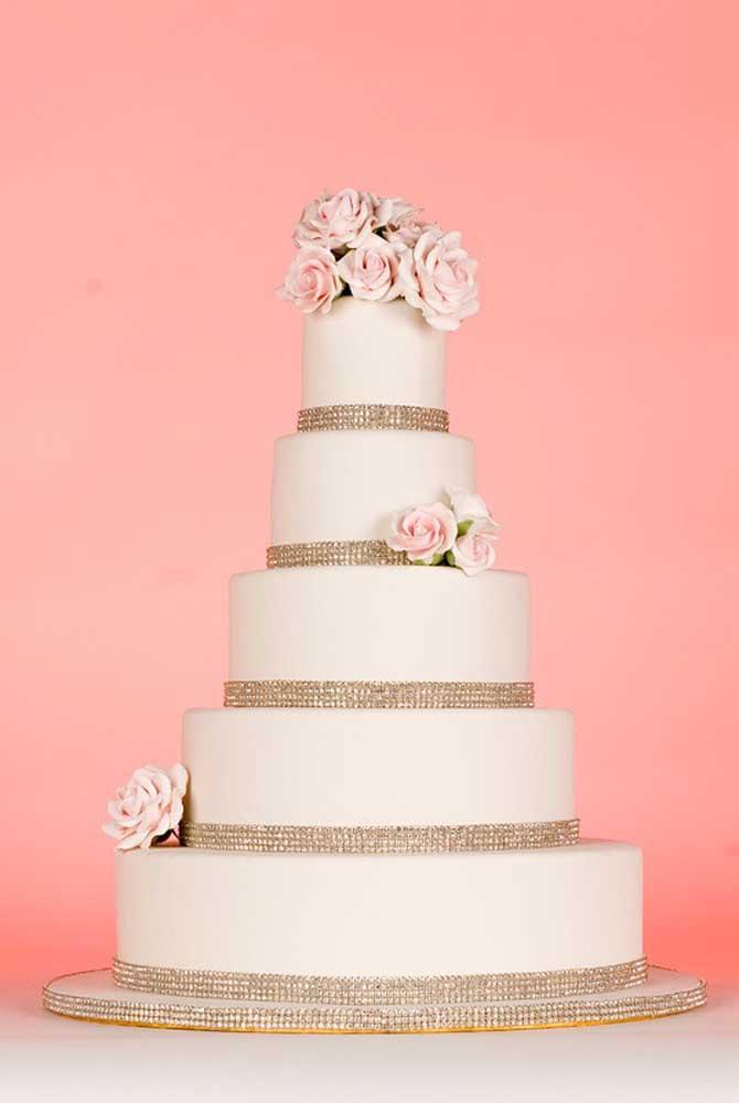 Mesmo no bolo fake é possível usar vários tipos de enfeites para deixar o bolo com a cara da noiva.