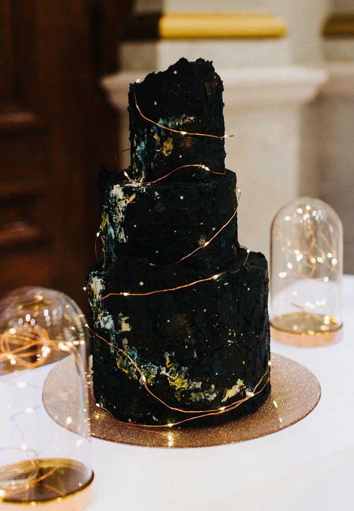 Já pensou em um bolo como esse para casamento? Super diferente, ousado e moderno.