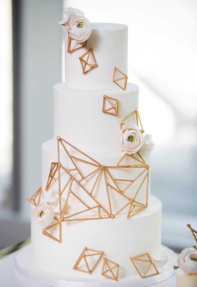 Aposte em um bolo simples, mas capriche na hora de escolher os enfeites.
