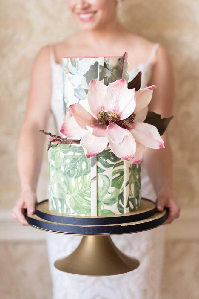 Para quem vai casar no campo, esse modelo de bolo fake é perfeito.