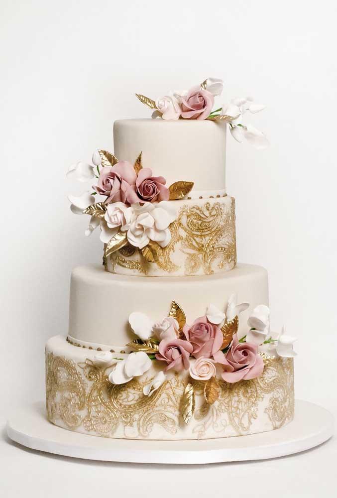 Com o bolo fake você consegue fazer belos desenhos e ainda complementar a decoração com arranjos florais.