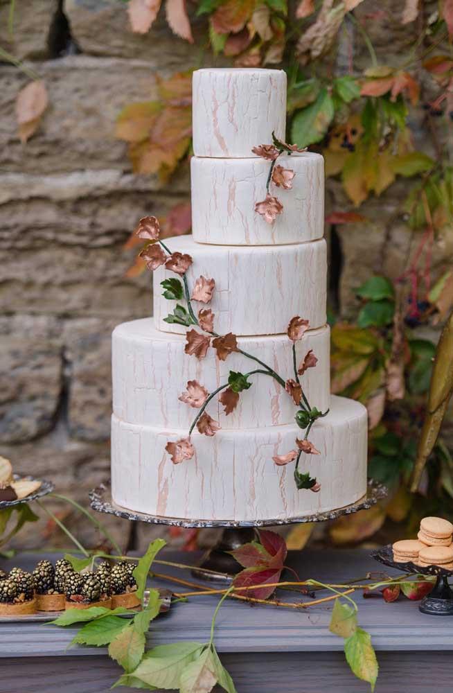 O efeito de mármore só é possível fazer em um bolo fake, ainda mais com as camadas organizadas dessa forma.