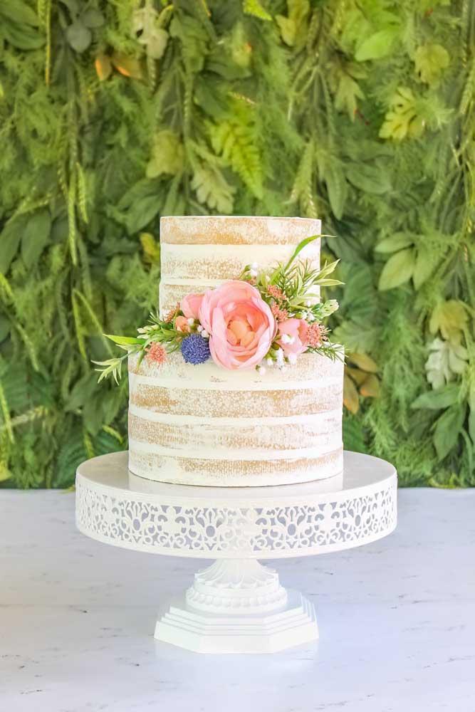 Também é possível fazer um bolo com efeito de naked cake, ficando bem natural.