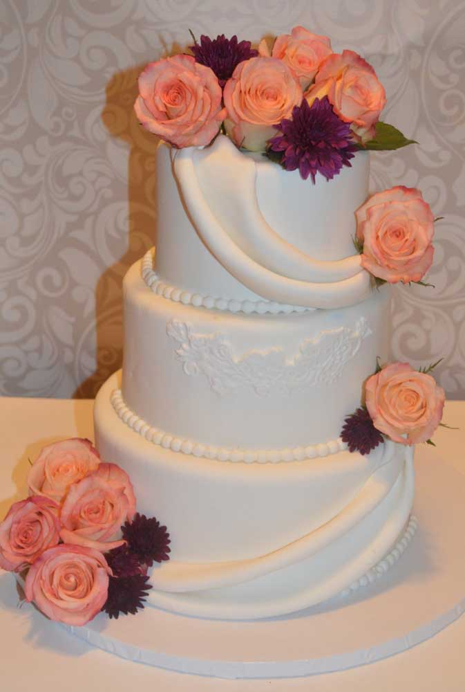A pasta americana ajuda a deixar o bolo fake muito natural.