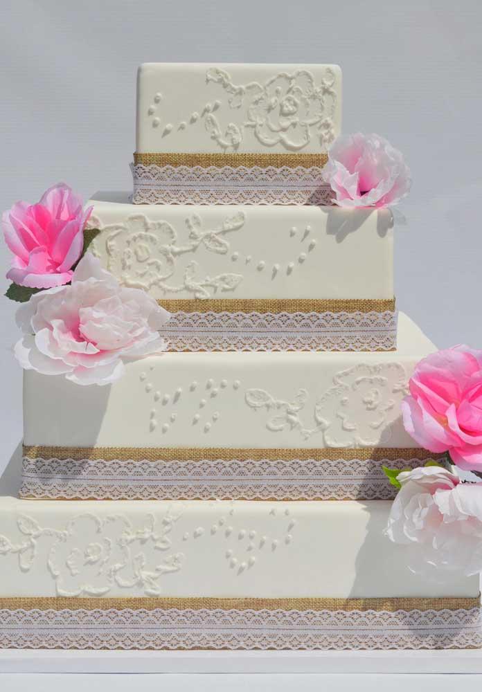 No bolo fake é possível caprichar nos detalhes para fazer um bolo de casamento sofisticado.