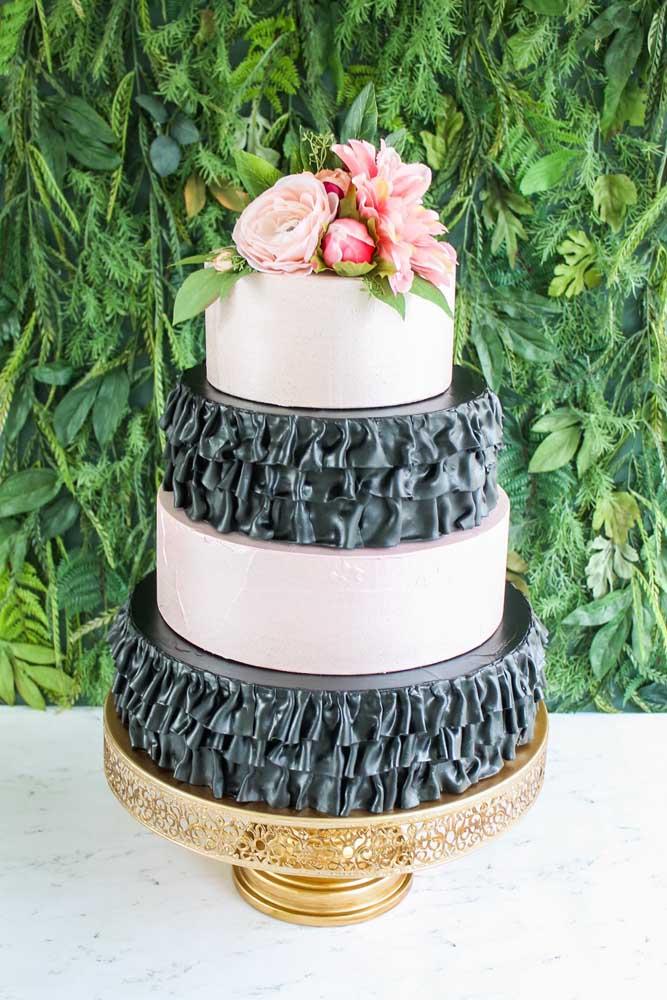 O que acha de usar duas cores na hora de fazer o bolo fake de casamento?