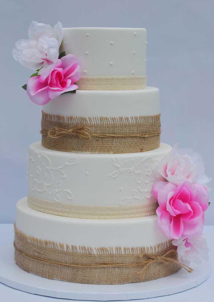 Ou você pode fazer um bolo de vários andares no mesmo tom e apenas decorar com tecido para destacá-lo.