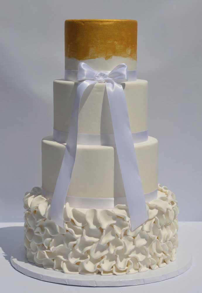No bolo fake você pode usar a sua criatividade para fazer os mais diferentes formatos.