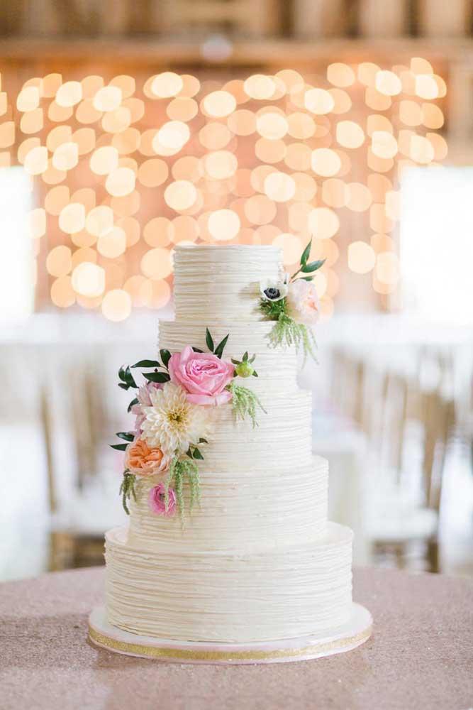 Olha como ficou lindo esse bolo no estilo mais tradicional, com pequenos arranjos de flores para chamar atenção.