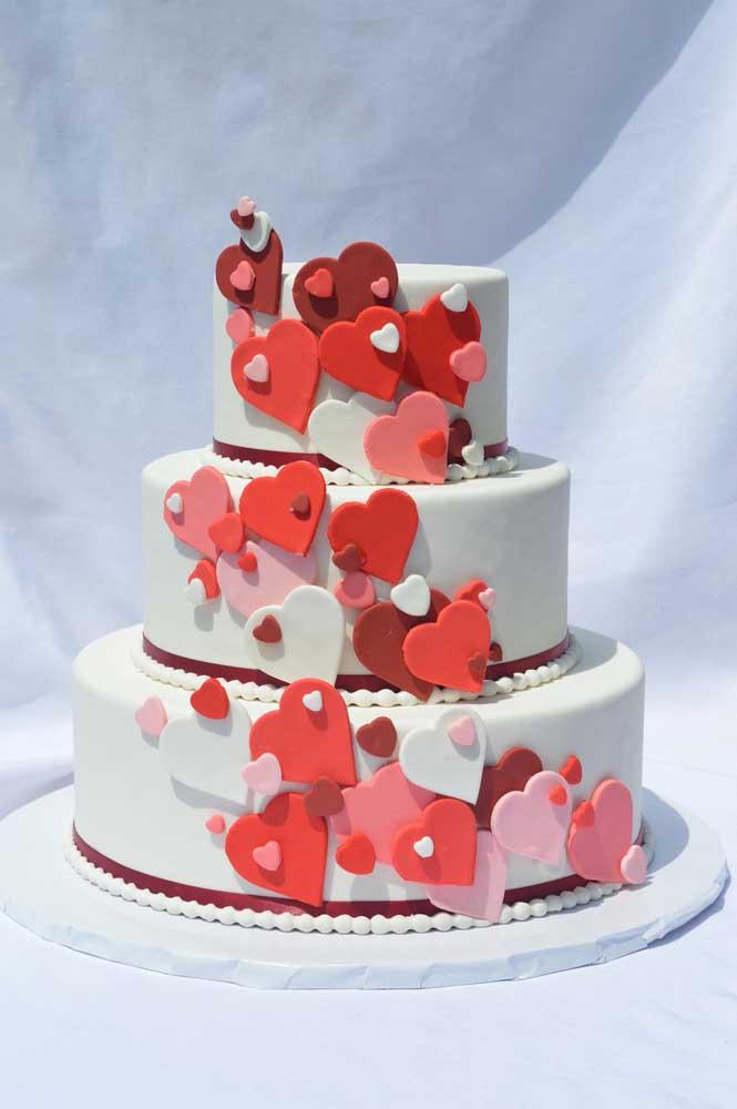 Para os mais românticos, aposte em um bolo cheio de corações para mostrar como os noivos estão apaixonados.