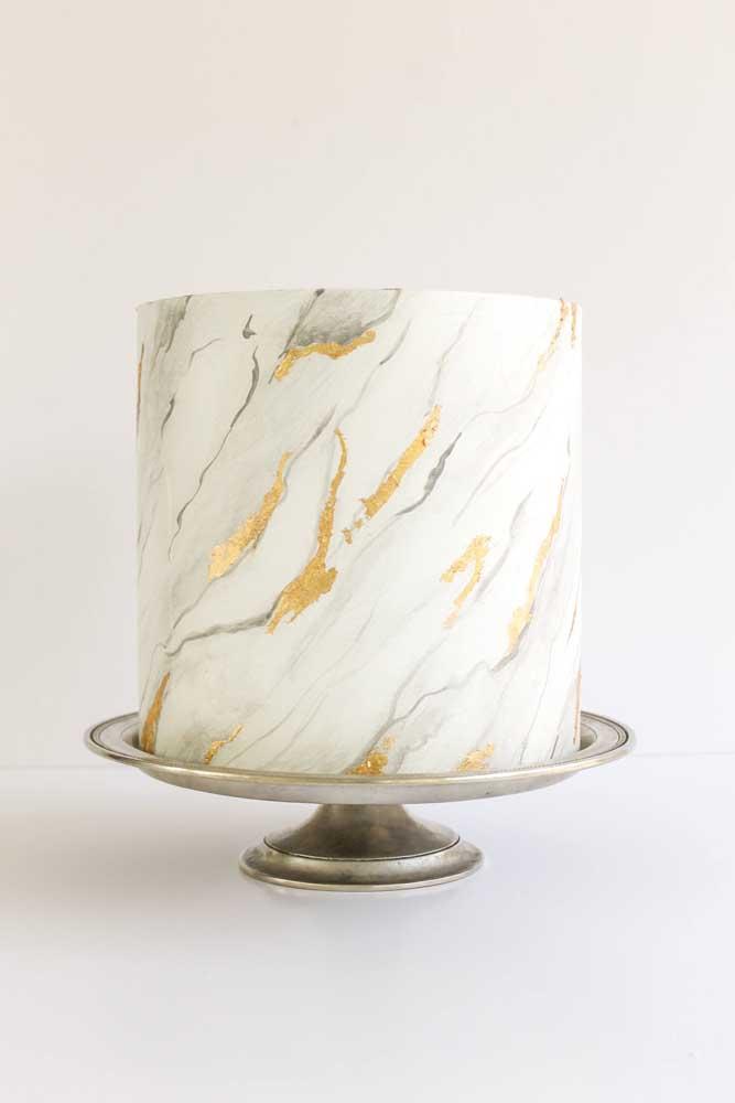 Mais um bolo com efeito de mármore. Perfeito para um casamento mais formal ou chique.