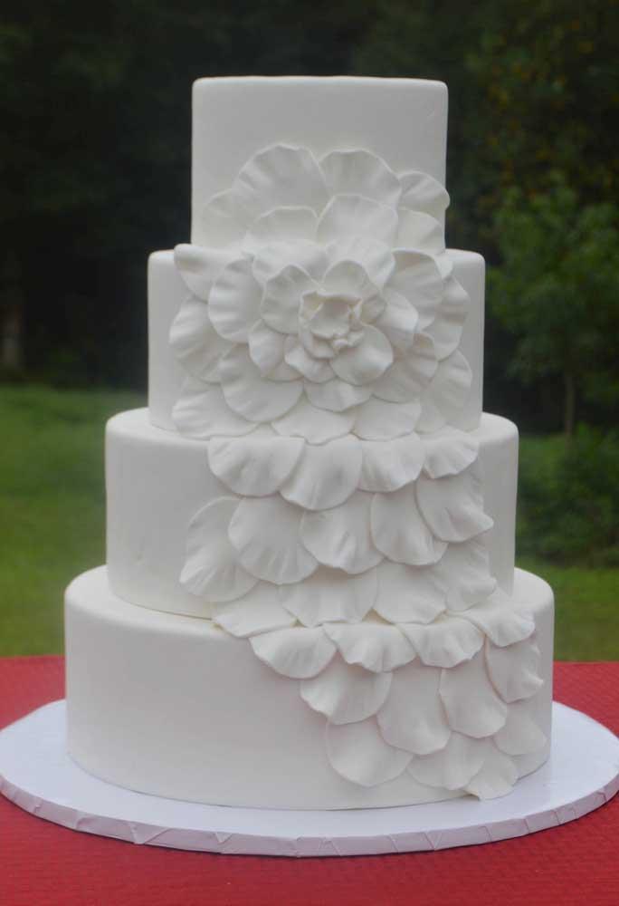 O bolo mais escolhido pelas noivas é o branco total que apresenta apenas alguns detalhes.