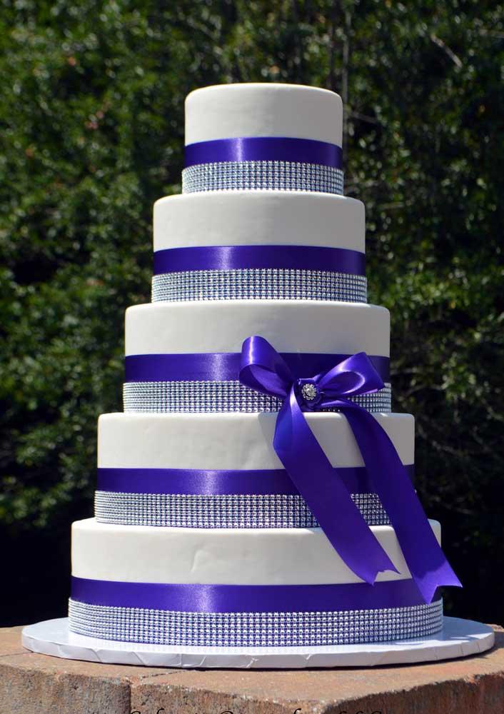 Para decorar o bolo fake nesse modelo, use fitas e pérolas.