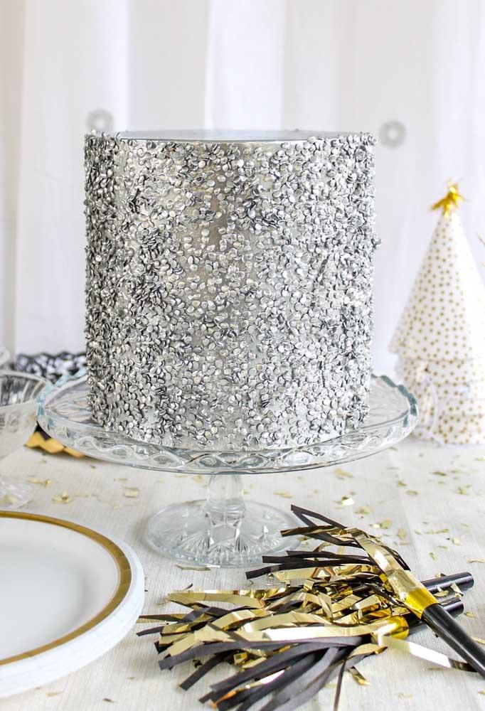 O bolo de casamento não precisa ser apenas na cor branca. Você pode simplesmente optar por um bolo todo prateado ou dourado.