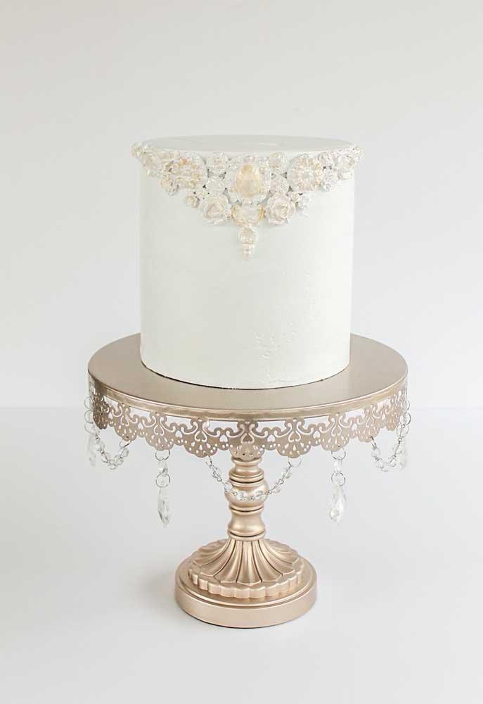 A pasta americana consegue deixar o bolo com o efeito de liso total. Para decorar, use apenas um enfeite. O resultado é um bolo chique e fino.