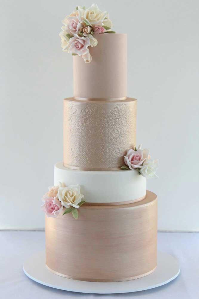 Dependendo do material usado, você pode fazer um bolo tradicional de casamento, enfeitando-o apenas com arranjos florais.