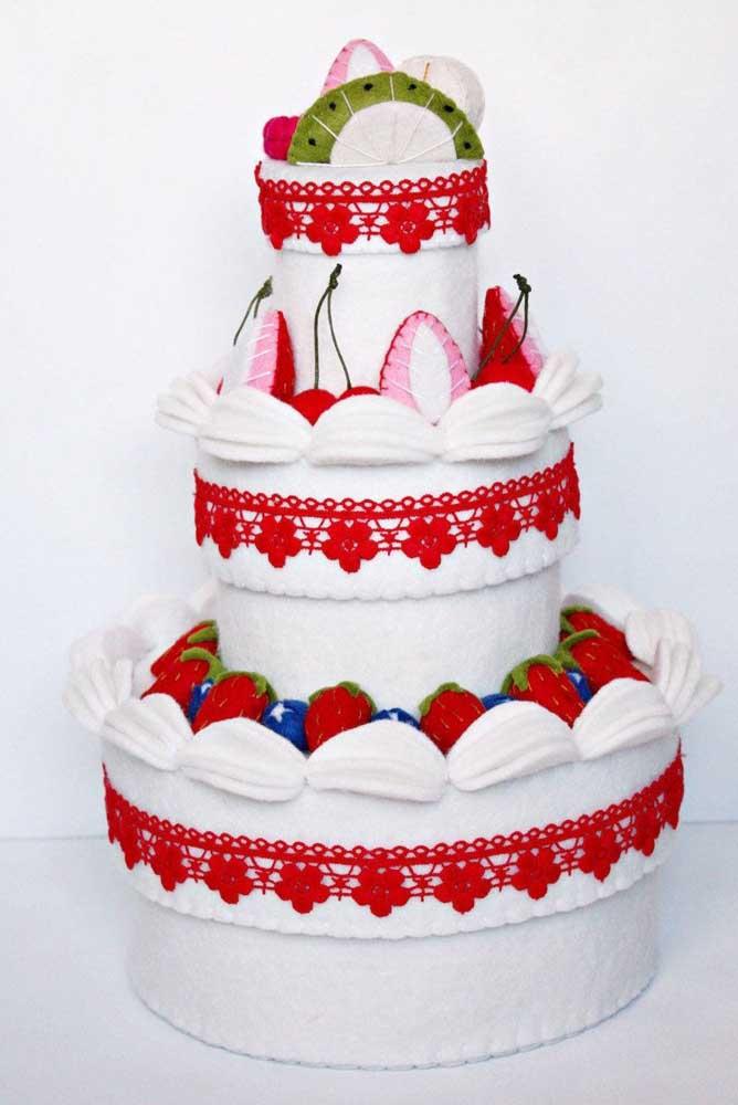 Se você quer fazer algo diferente, experimente decorar o bolo fake de casamento com detalhes de renda vermelha e alguns morangos.