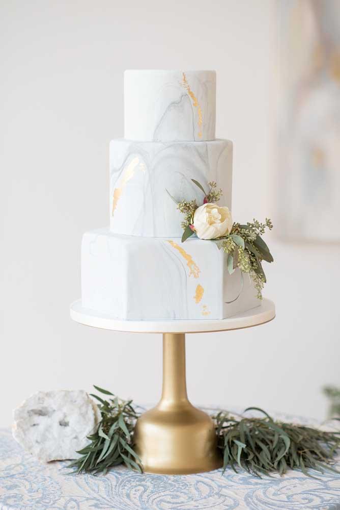 O que acha de fazer um bolo fake com efeito de mármore? O estilo promete encantar até as noivas mais tradicionais.