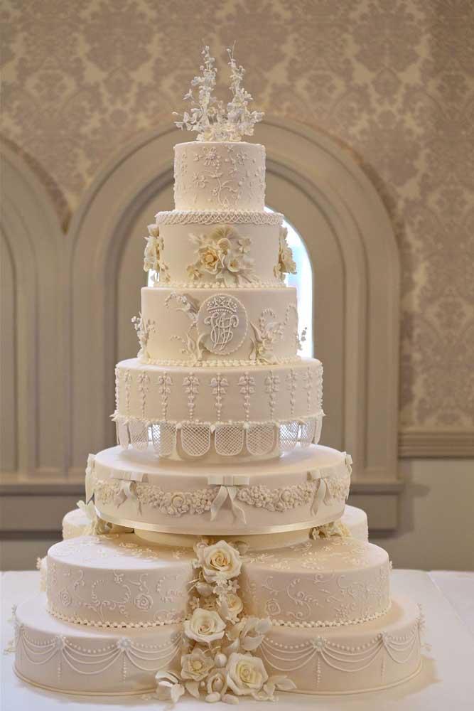 Para ter um bolo imponente como esse em seu casamento, saiba que é possível somente fazendo um bolo fake.