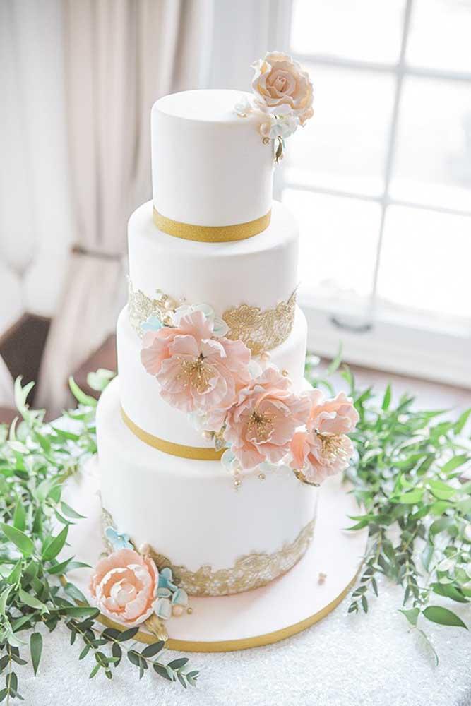 O bolo ter o estilo mais tradicional, mas os enfeites escolhidos podem ser mais delicados.
