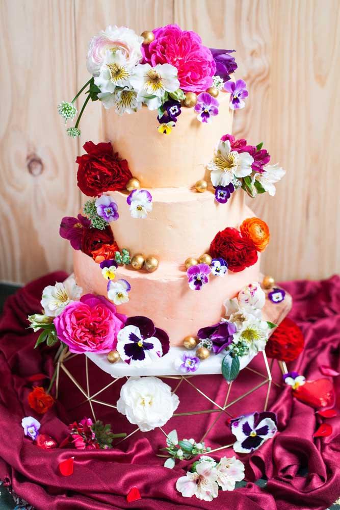 Se a intenção é realmente chamar atenção, que tal esse modelo de bolo fake cheio de flores por todos os lados?