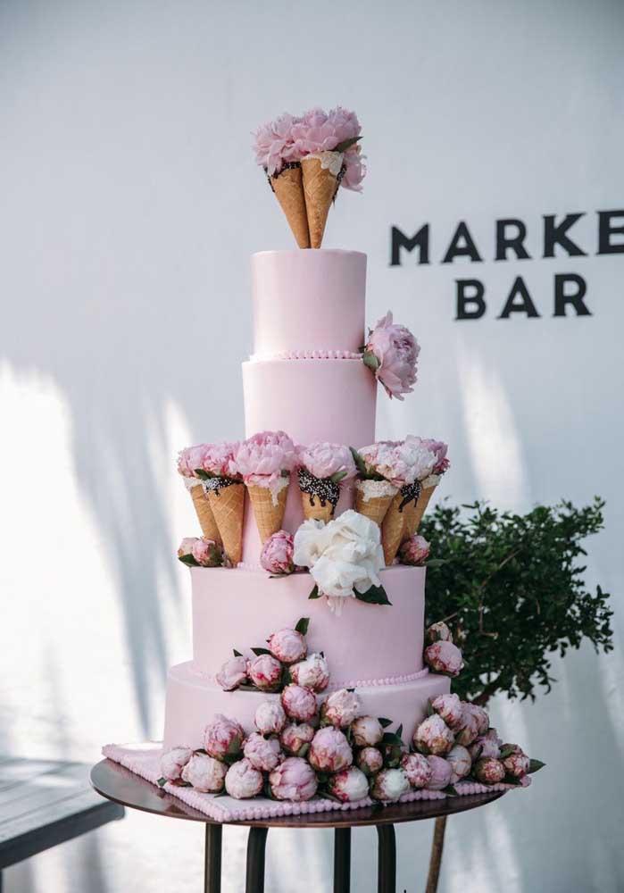 Já pensou em fazer um bolo de casamento cheio de cones? Dentro dos cones você pode enfeitar com flores para combinar com o restante da decoração.