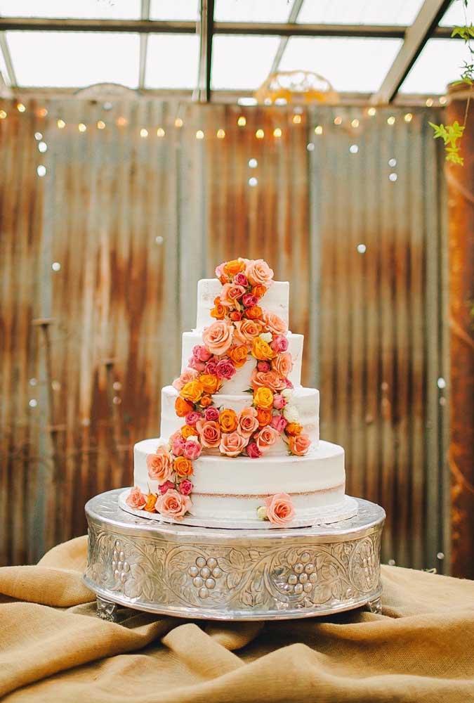 O arranjo de flores é o enfeite perfeito para decorar bolos de casamento, já que o efeito é sempre de algo romântico e delicado.