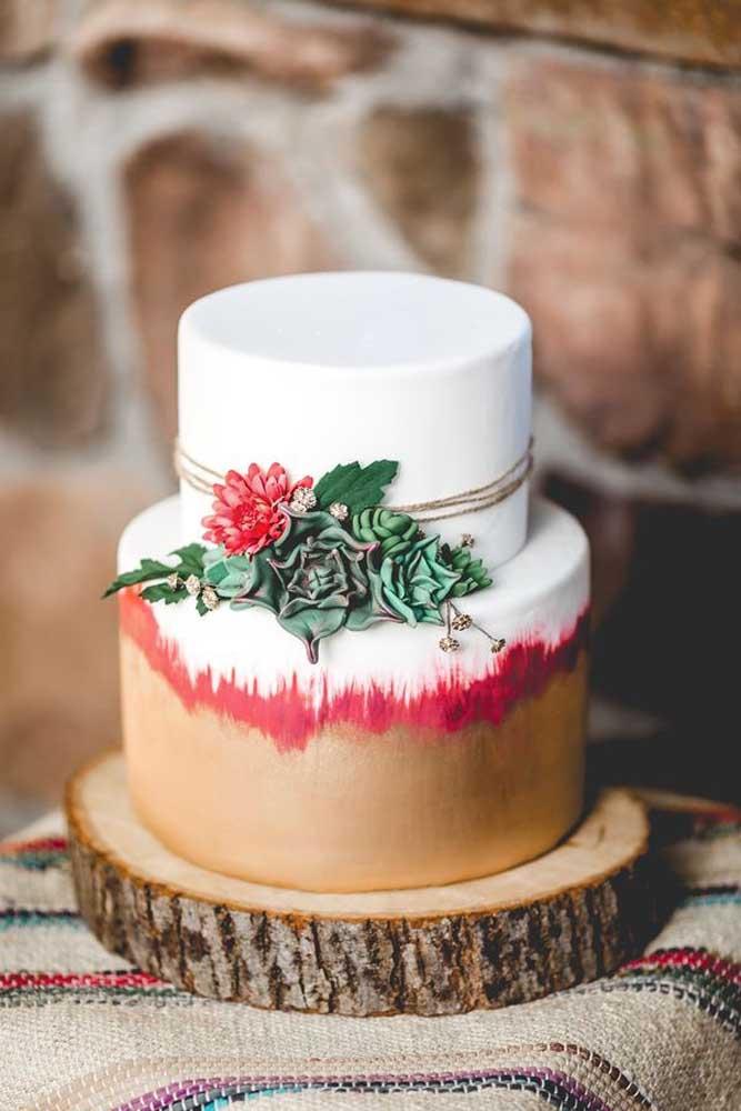 Se o casamento tem um estilo mais rústico, o bolo deve seguir o tema como esse modelo que foi colocado em cima de um pedaço de madeira.