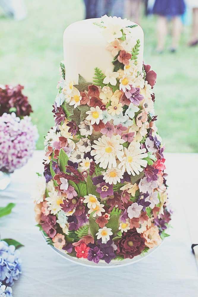 Você acredita que isso é um bolo? Está parecendo mais um arranjo cheio de flores.