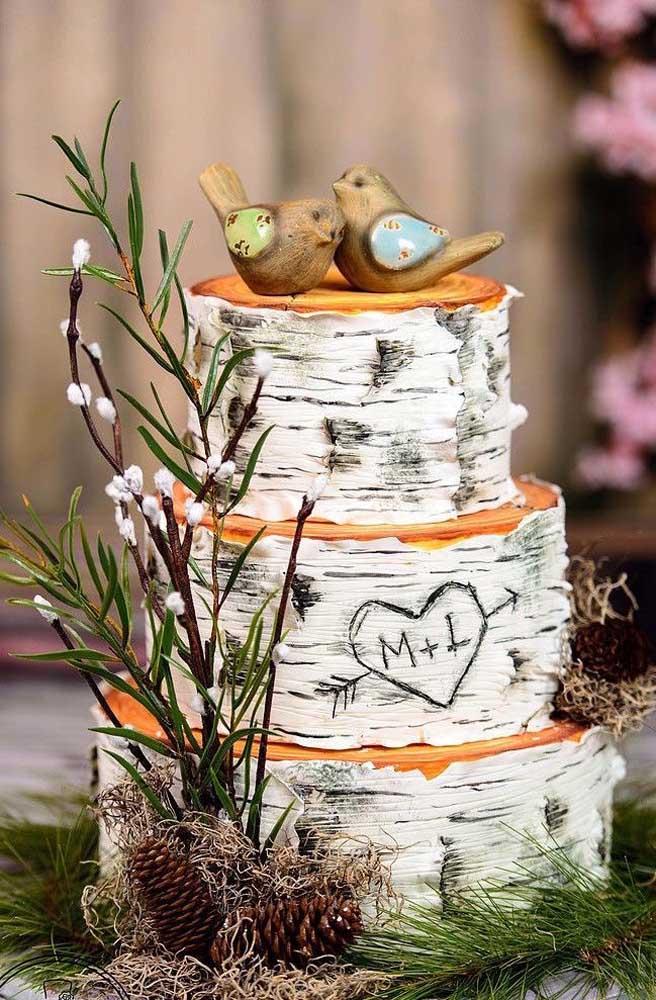 Com pasta americana ou biscuit você consegue fazer um efeito diferenciado no bolo fake.