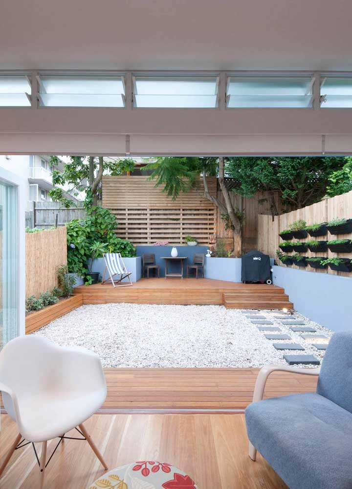O acesso para o espaço gourmet passa, obrigatoriamente, pelo jardim zen