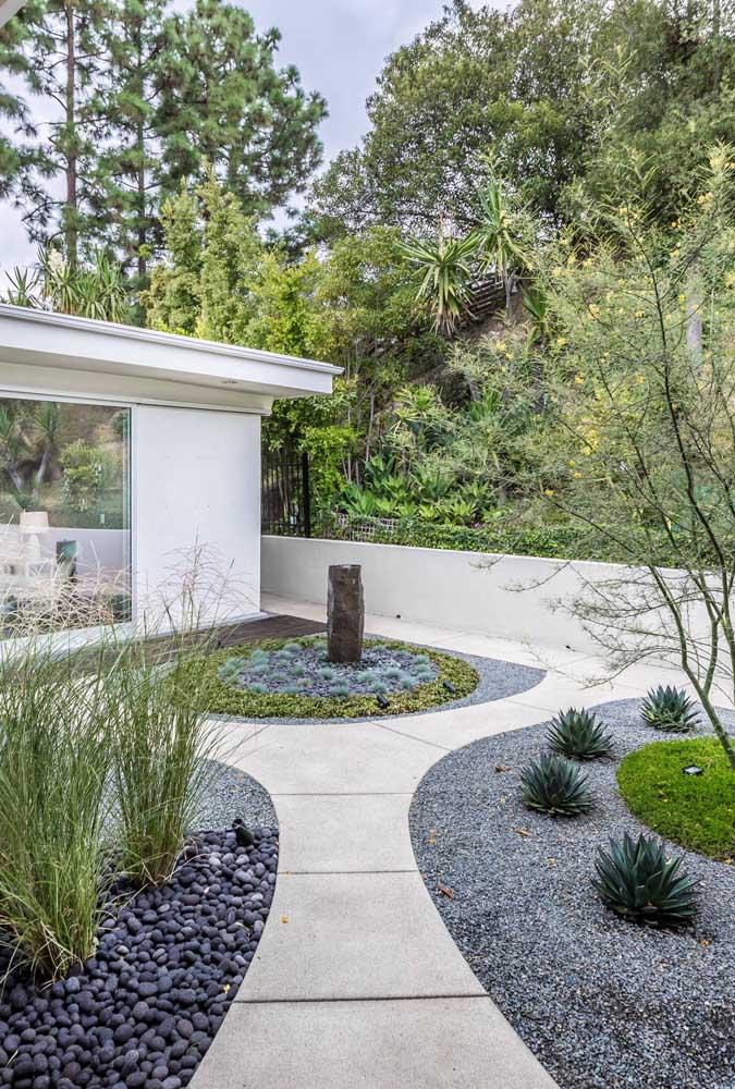 Em um jardim zen, quanto menos distração visual melhor; isso facilita a prática da meditação, uma vez que a mente não se distrai com o externo