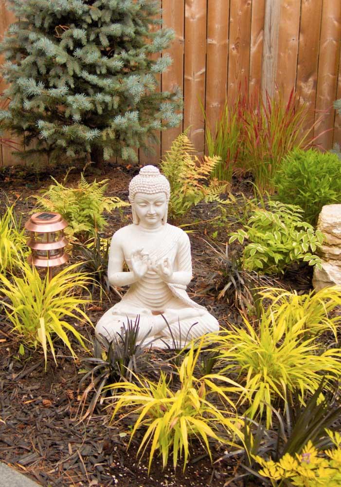 Jardim zen externo com pequena estátua de buda