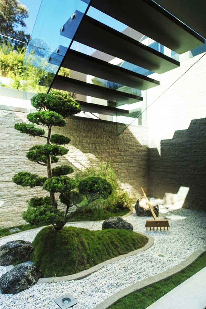Reprodução em escala maior do pequeno jardim zen da caixa de madeira; repare que o espaço conta até com o ancinho