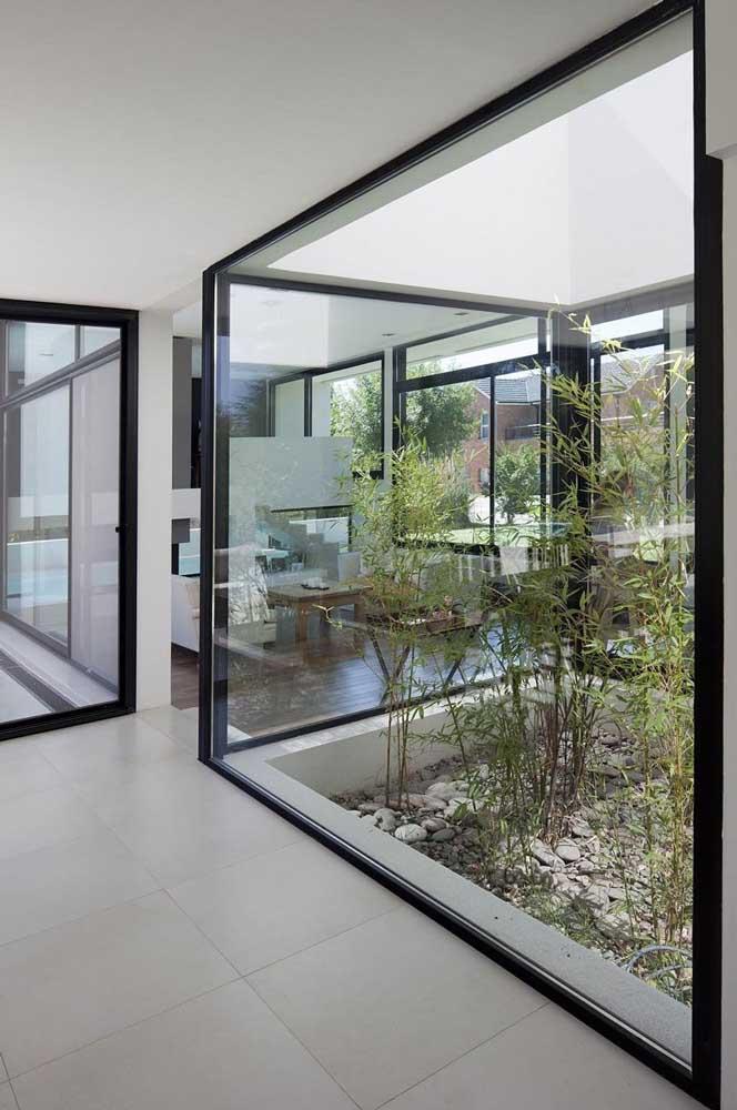 Nessa casa, o jardim zen com bambus assume as mesmas características de um jardim de inverno
