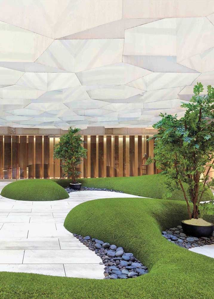 Olha que proposta diferente e interessante! Esse jardim zen conta com uma cobertura bem original, permitindo que o espaço seja contemplado em qualquer condição de clima