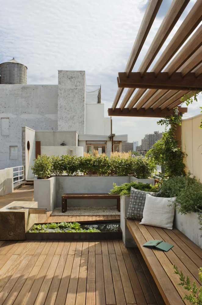 Jardim zen com pergolado de madeira