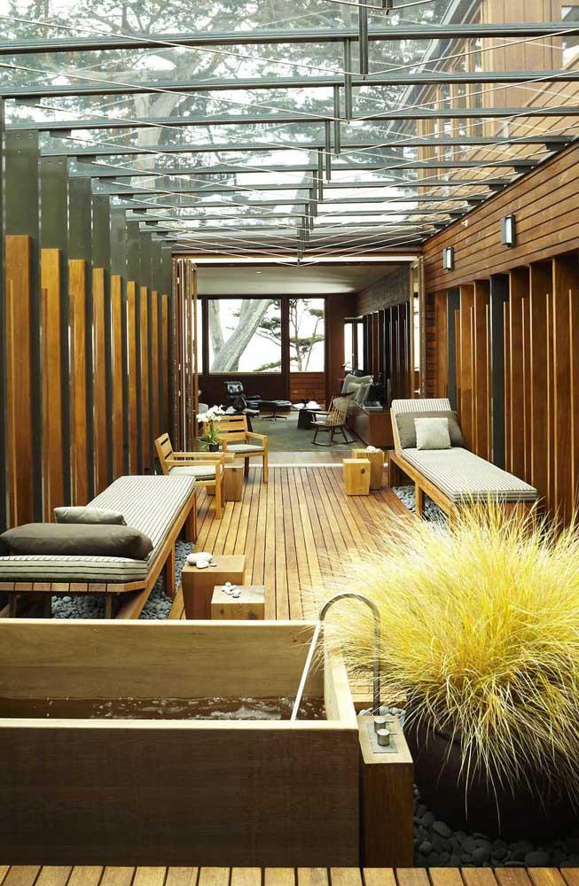 A madeira também é um ótimo elemento para inserir no jardim zen; repare como ela remete aos spas orientais