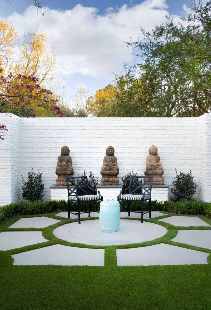 Um trio de budas guarda esse pequeno jardim zen