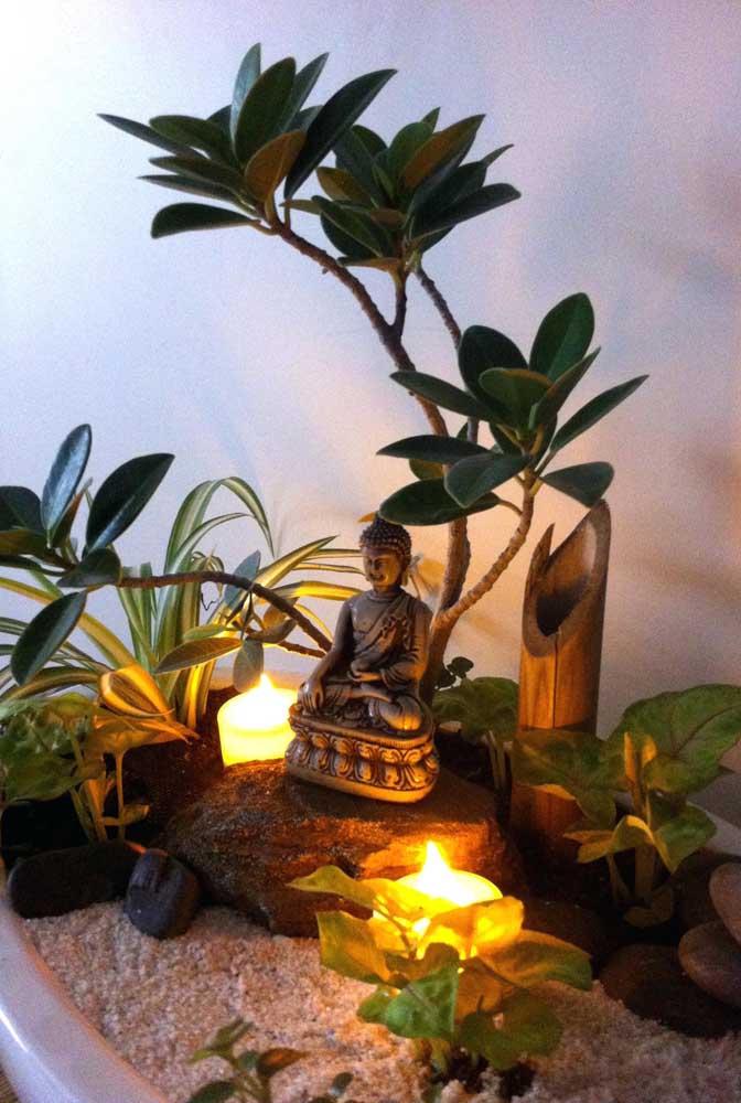 A iluminação com velas faz um trabalho espetacular nesse mini jardim zen