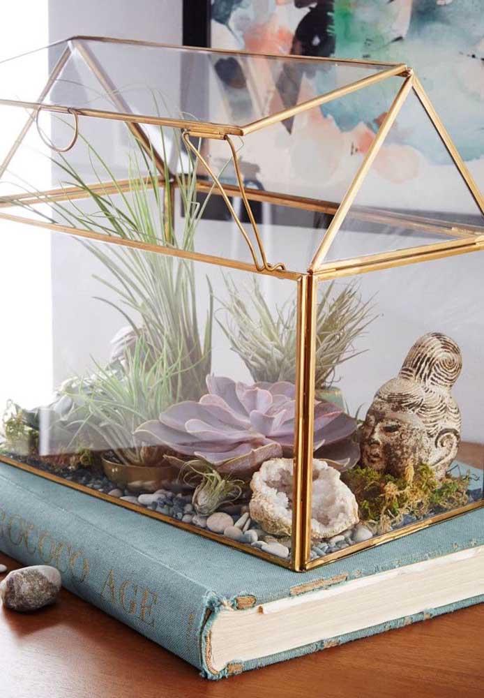 A proposta aqui não poderia ser mais encantadora: um terrário com cara de jardim zen