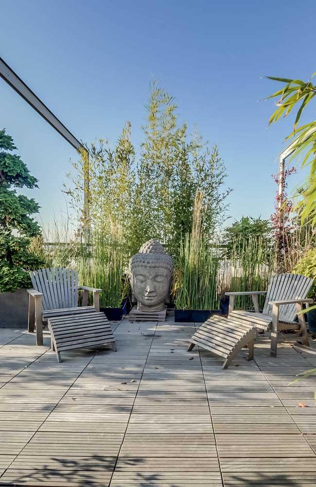 A estátua de buda gigante não esconde o intuito do espaço ao ar livre