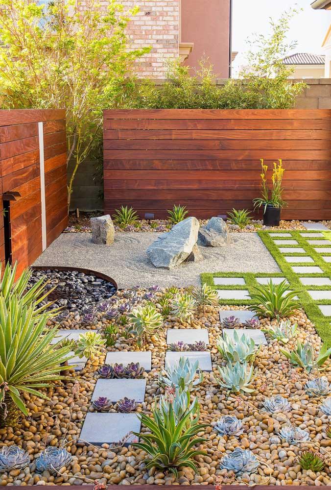 Tire proveito das pedras do jardim zen para criar experiências sensoriais, ou seja, caminhe descalço sobre elas