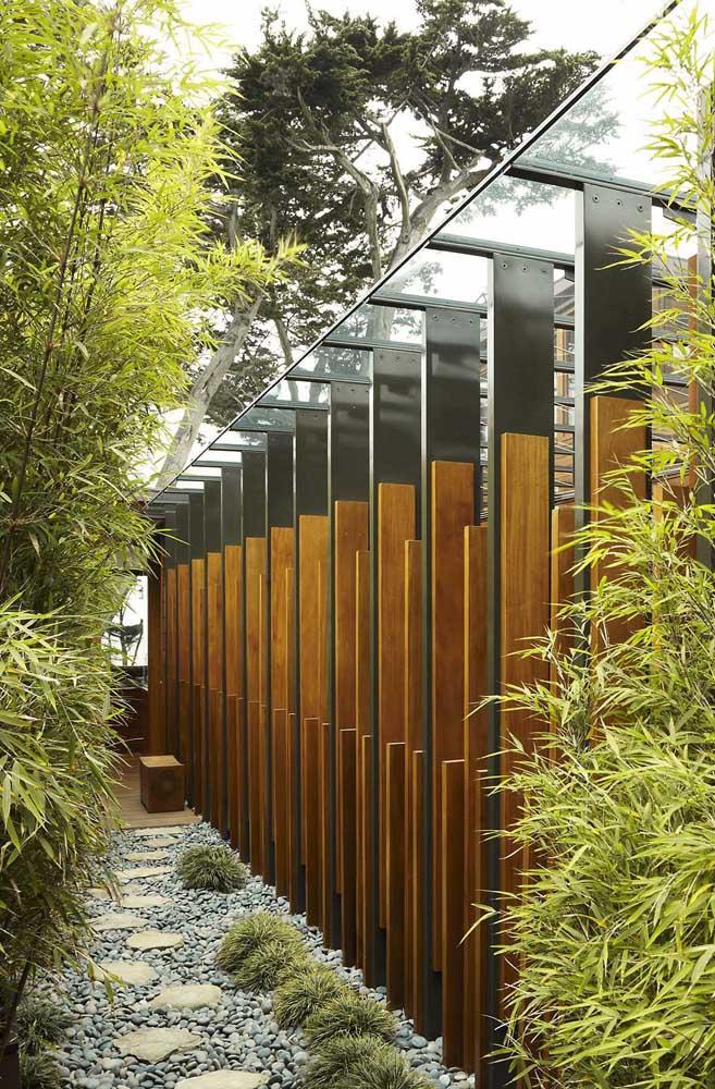 Aqui, o corredor lateral da casa foi transformado em jardim zen