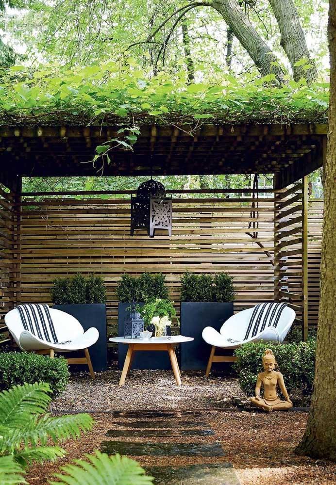 Um gazebo de madeira para abrigar um acolhedor jardim zen