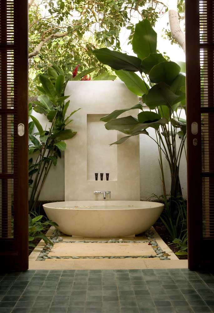 Banheira dentro de um jardim zen: relaxamento total
